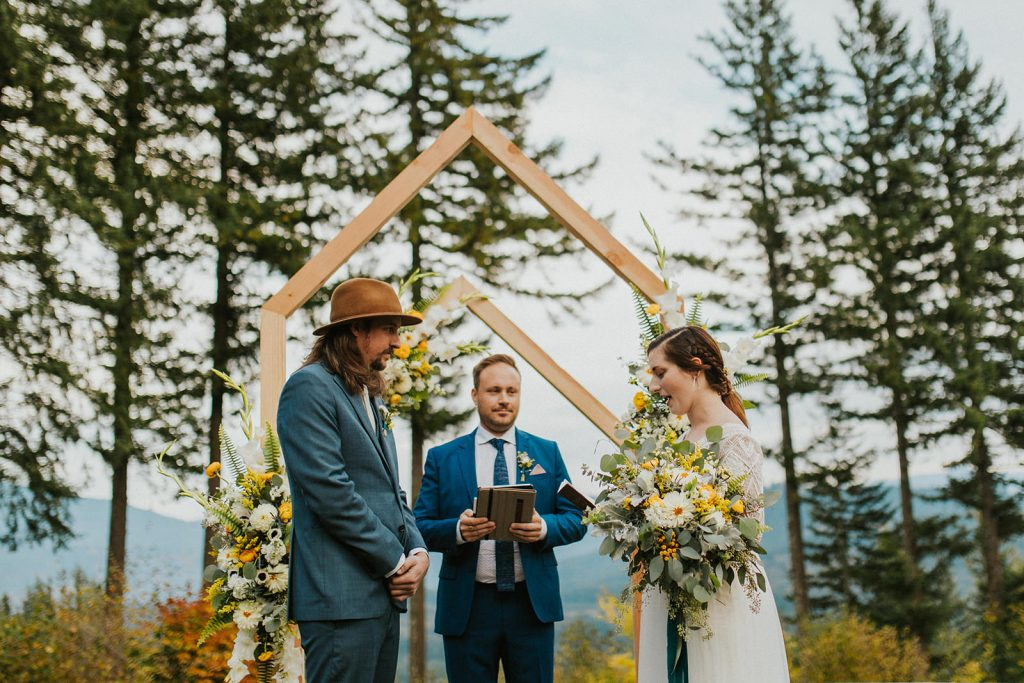 Woodsy wedding ceremony in Oregon